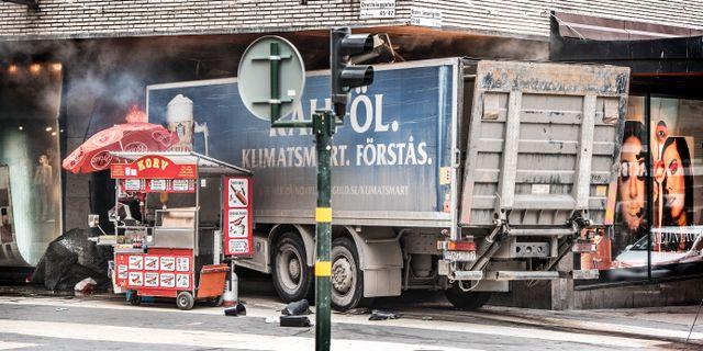 Lastbilen som kraschade in i varuhuset Åhléns. Tomas Oneborg/SvD/TT / TT NYHETSBYRÅN