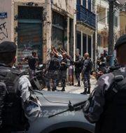 Brasiliansk polis kontrollerar ett antal personer i Rio de Janeiro. Arkivbild. Carson Gardiner / TT NYHETSBYRÅN/ NTB Scanpix