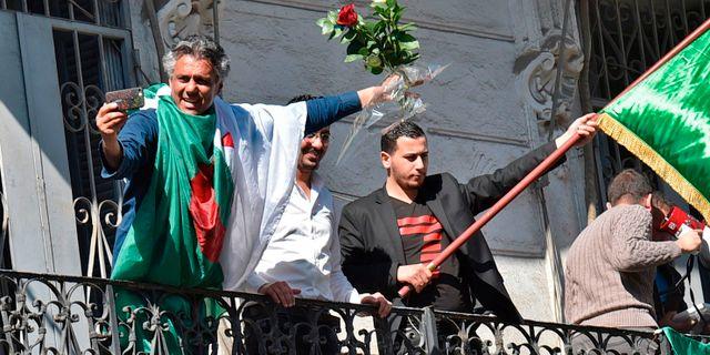 b9cc4b33e47a Rachid Nekkaz draperad i den algeriska flaggan RYAD KRAMDI / AFP