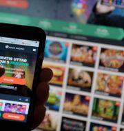 Illustrationsbild: En smarttelefon och en datorskärm som båda visar en sida för spel på nätet.  Janerik Henriksson/TT / TT NYHETSBYRÅN