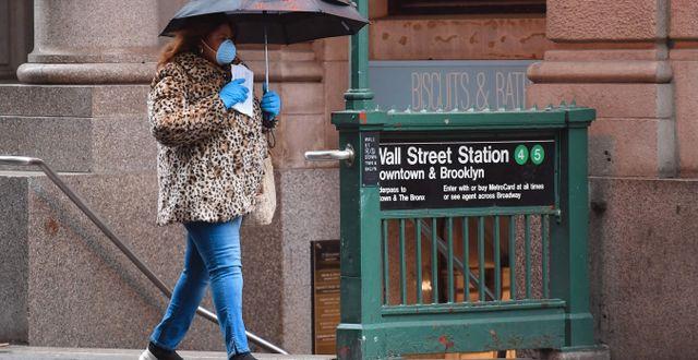 Illustrationsbild: Kvinna går förbi öde tunnelbanestation vid Wall Street. ANGELA WEISS / TT NYHETSBYRÅN