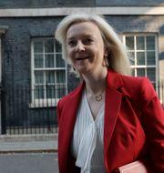 Arkivbild. Liz Truss utanför 10 Downing Street. Matt Dunham / TT NYHETSBYRÅN