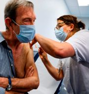 Den franske läkaren Jean-Jaques Monsuez vaccineras på söndagen. Thomas Samson / TT NYHETSBYRÅN