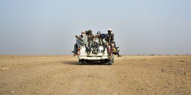 Människor på flykt i närheten av gränsen mellan Algeriet och Niger.  TT