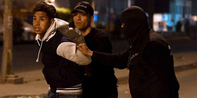 En person grips under protester i Tunis under onsdagen. FETHI BELAID / AFP