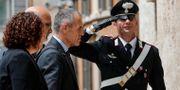 Carlo Cottarelli – som fått frågan att bilda italiensk regering – på väg att träffa Italiens president Sergio Mattarella Giuseppe Lami / TT NYHETSBYRÅN