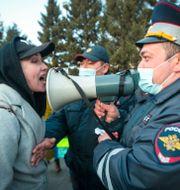 En Kvinna och en polis under en protest till stöd för Navalnyj. Anna Ogorodnik / TT NYHETSBYRÅN