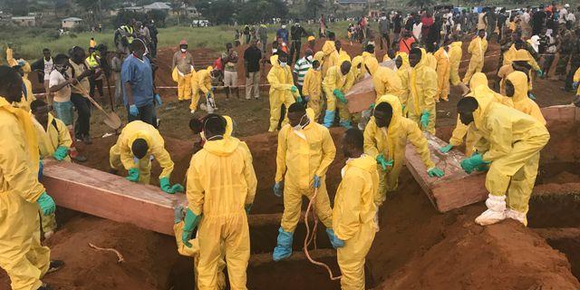 Myndigheterna påbörjade begravningsarbetet förra veckan.  Manika Kamara / TT / NTB Scanpix