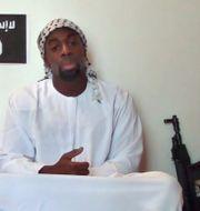 Arkivbild: Amedy Coulibaly med ett vapen innan attacken. Uncredited / TT / NTB Scanpix
