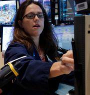 Tradern Allison Gamba på Wall Street. Arkivbild. Richard Drew / TT NYHETSBYRÅN