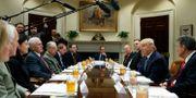 Donald Trump talar med senatorer i Vita huset. Under mötet ska Trump enligt flera amerikanska medier ha sagt till senatorerna att republikanerna förlorade i New Hampshire på grund av röstfusk. Evan Vucci / TT / NTB Scanpix