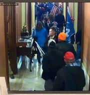 Demonstranter nära Pelosis kontor.  TT NYHETSBYRÅN