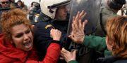 Kvinnor drabbar samman med poliser vid Diavata. ALEXANDROS AVRAMIDIS / TT NYHETSBYRÅN