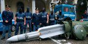 Polis vid den beslagtagna roboten på måndagen Tino Romano / TT NYHETSBYRÅN/ NTB Scanpix