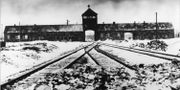 Bild från 1941 som visar järnvägsspåren som leder in till Auschwitz. TT NYHETSBYRÅN/ NTB Scanpix