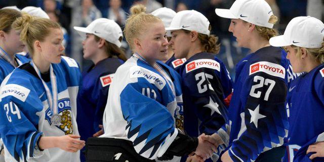 Målvakten Noora Räty gratulerar USA till vinsten.  MIKKO STIG / Lehtikuva