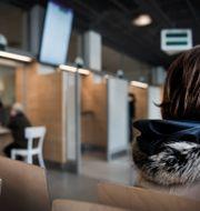 En person i Migrationsverkets lokaler.  Marcus Ericsson/TT / TT NYHETSBYRÅN