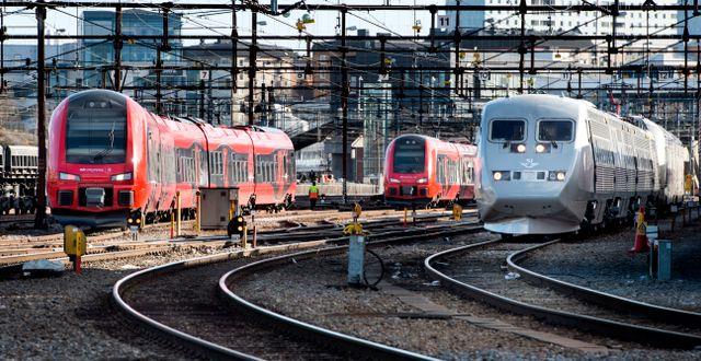 Konkurrerande tågset: MTR:s till vänster och SJ:s till höger. PONTUS LUNDAHL / TT / TT NYHETSBYRÅN