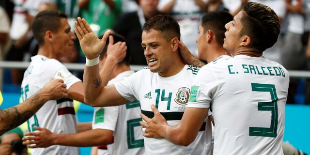 Mexikos Javier Hernandez och Carlos Salcedo. DAMIR SAGOLJ / BILDBYR N
