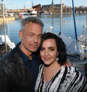 """Henrik Schyffert och Shima Niavarani som spelar två av rollerna i TV4:s nya humorserie """"Sjölyckan"""" som utspelar sig i skärgårdsmiljö. Anders Wiklund/TT / TT NYHETSBYRÅN"""