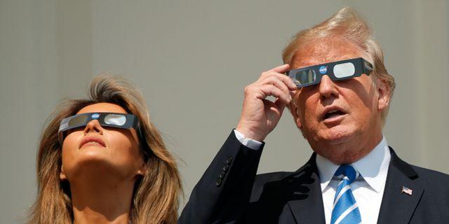 Melania och Donald Trump vid den senaste solförmörkelsen i USA 21 augusti. KEVIN LAMARQUE / TT NYHETSBYRÅN
