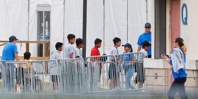 Migrantbarn köar i Homestead Temporary Shelter, en av flera anläggningar för de barn som separerats från sina föräldrar.  Brynn Anderson / TT NYHETSBYRÅN