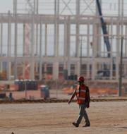 En arbetare går framför byggplatsen vid Fords skrotade fabrik i Mexiko Rebecca Blackwell / TT / NTB Scanpix