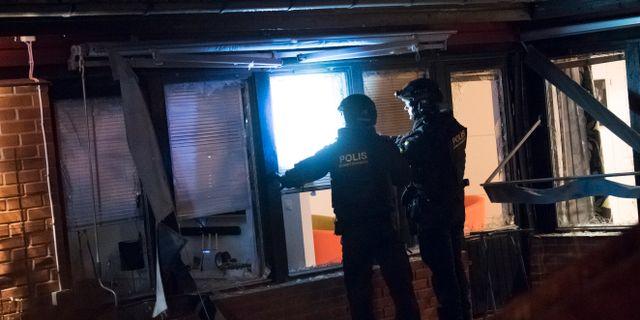 Polisens bombtekniker på plats efter att en sprängladdning har detonerat i anslutning till en bostad i Staffanstorp i Skåne. Johan Nilsson/TT / TT NYHETSBYRÅN