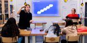 """STOCKHOLM 2019-12-11 Amalia Krantz och Ingela Gabrielsson från Nordea undervisar en grupp niondeklassar i """"Ekonomipejl"""", ett projekt där banken kommer ut till skolor och pratar privatekonomi. Pontus Lundahl/TT / TT NYHETSBYRÅN"""