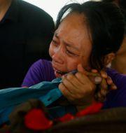 En kvinna sörjer en familjemedlem som dödats i protesterna mot militärkuppen i Myanmar.  TT NYHETSBYRÅN