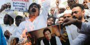 Demonstranter i Indien brännder en bild av den pakistanske premiärministern Imran Khan.  Rajanish Kakade / TT NYHETSBYRÅN/ NTB Scanpix