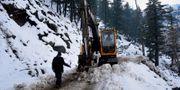 Snöskred har gjort att vägar blockerats. M.D. Mughal / TT NYHETSBYRÅN