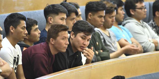 Afghanska flyktingar på åhörarläktaren i Riksdagshuset för att lyssa på debatten om situationen för ensamkommande flyktingbarn. Claudio Bresciani/TT / TT NYHETSBYRÅN