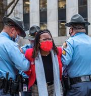 Demokraten Park Cannon förs bort av polis/Demonstrant mot lagförslaget