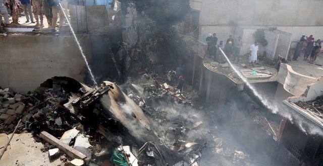 Bild från kraschen i  Karachi. Fareed Khan / TT NYHETSBYRÅN