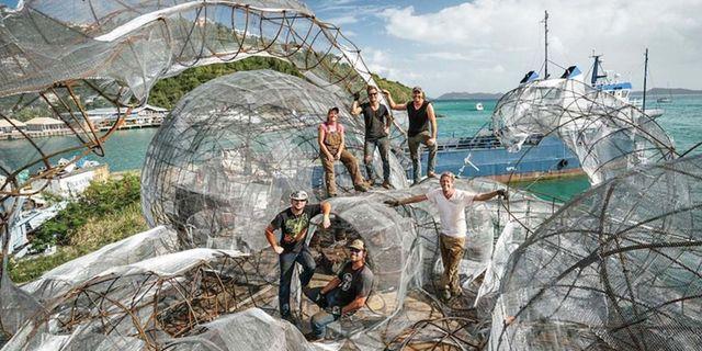 De 25 meter långa tentaklerna är skapade av en rad konstnärer : Owen Buggy Photography