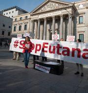 Demonstranter mot förslaget utanför parlamentet i Madrid. Paul White / TT NYHETSBYRÅN