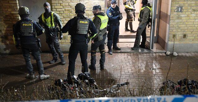 Poliser på plats på Hermodsdal där mannen sköts ihjäl. Johan Nilsson/TT / TT NYHETSBYRÅN