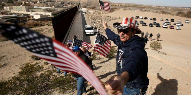 Republikaner bygger en mänsklig mur i stöd till byggandet av muren mot mexikanska gränsen JOSE LUIS GONZALEZ / TT NYHETSBYRÅN