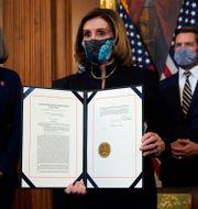 Talman Nancy Pelosi visar upp åtalet. Alex Brandon / TT NYHETSBYRÅN