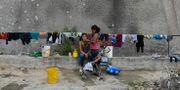 Kvinnor tvättar i Venezuela. Matias Delacroix / TT NYHETSBYRÅN