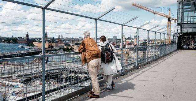 Turister som tittar ut över och fotograferar Slussenbygget från Katarinahissen, juli 2020. Lisa Arfwidson/SvD/TT / TT NYHETSBYRÅN