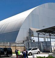 Här ser ni strukturen som byggts ovanpå reaktor fyra som exploderade. Sergei Supinsky / TT NYHETSBYRÅN