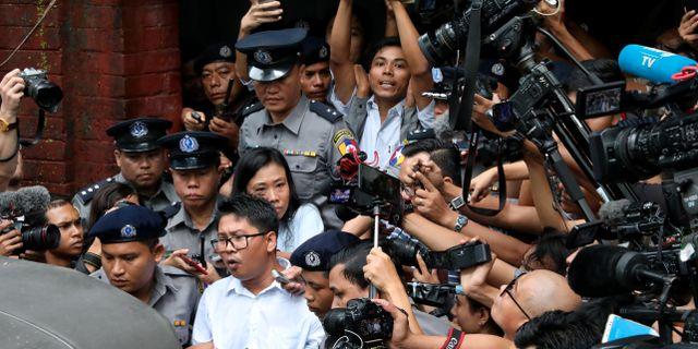 Wa Lone och Kyaw Soe Oo lämnar rättssalen. STRINGER / TT NYHETSBYRÅN