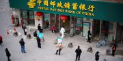 Människor i Wuhan håller social distans i väntan på att postkontoret ska öppna.  ALY SONG / TT NYHETSBYRÅN