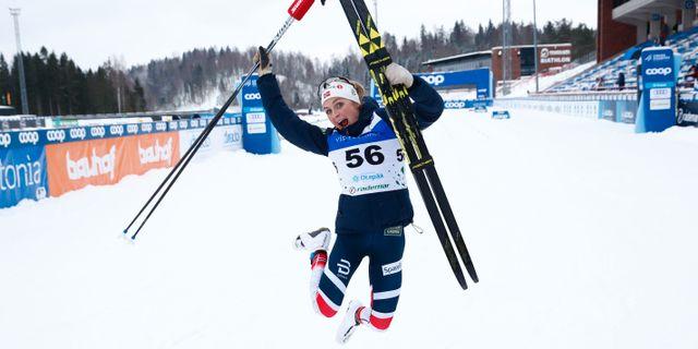 Johaug tog ett glädjehopp efter att segern var säkrad. Pedersen, Terje / TT NYHETSBYRÅN