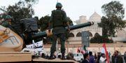 Militärens pansarvagn framför presidentpalatset i Kairo.  Hassan Ammar / TT / NTB Scanpix