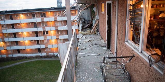 Dagsljus på bombplatsen på Törnbergsgatan i Husby i Stockholm. Fredrik Sandberg/TT / TT NYHETSBYRÅN