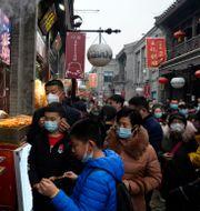 Kineser på marknad i Peking. Arkivbild. Ng Han Guan / TT NYHETSBYRÅN