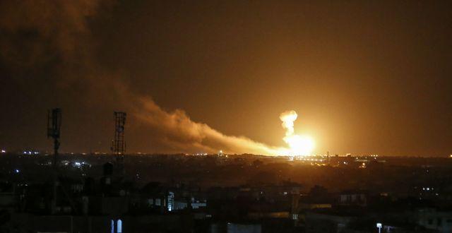 Eldklot stiger mot himlen efter Israels bombningar. SAID KHATIB / TT NYHETSBYRÅN